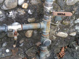 Hauswasserwerk und Schwengelpumpe über T-Stück angeschlossen